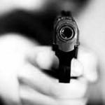 mentre spara con pistola